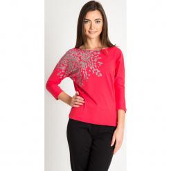 Malinowa bluzka nietoperz ze wzorem na ramieniu QUIOSQUE. Różowe bluzki damskie QUIOSQUE, z motywem zwierzęcym, z bawełny, z długim rękawem. Za 79.99 zł.