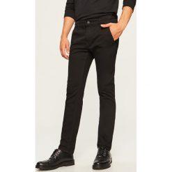 Jeansy chino slim fit - Czarny. Jeansy męskie marki bonprix. W wyprzedaży za 59.99 zł.
