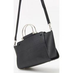 Torebka z metalowymi uchwytami - Czarny. Czarne torebki do ręki damskie Reserved. Za 149.99 zł.