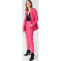 NA-KD Classic Proste spodnie garsonkowe - Pink. Różowe spodnie materiałowe damskie NA-KD Classic, z tkaniny. Za 121.95 zł.