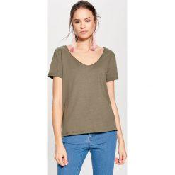 Bawełniana koszulka z dekoltem w szpic - Zielony. Zielone t-shirty damskie Mohito, z bawełny. Za 19.99 zł.