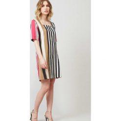 Sukienka w kolorze różowo-jasnobrązowo-białym. Sukienki damskie Rodier, w paski, klasyczne, z kwadratowym dekoltem. W wyprzedaży za 282.95 zł.