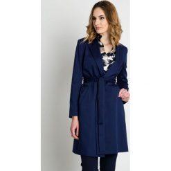 Granatowy płaszcz wiązany w pasie BIALCON. Niebieskie płaszcze damskie BIALCON, na lato, z materiału, biznesowe. W wyprzedaży za 455.00 zł.