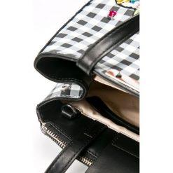 Guess Jeans - Torebka Britta Small Jennifer Lopez. Szare torby na ramię damskie Guess Jeans. W wyprzedaży za 439.90 zł.