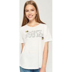 T-shirt z aplikacją - Kremowy. Białe t-shirty damskie Sinsay, z aplikacjami. W wyprzedaży za 14.99 zł.