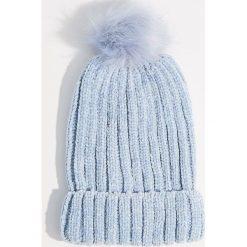 Szenilowa czapka z pomponem - Niebieski. Niebieskie czapki i kapelusze damskie Mohito. Za 39.99 zł.