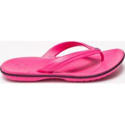 Crocs - Japonki. Różowe klapki damskie Crocs, z materiału. W wyprzedaży za 89.90 zł.
