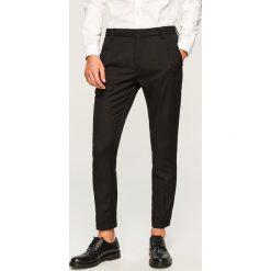 Spodnie carrot fit na kant - Czarny. Eleganckie spodnie męskie marki Giacomo Conti. W wyprzedaży za 99.99 zł.