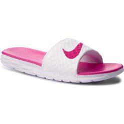 Klapki NIKE - Benassi Solarsoft 705475 160 White/Fireberry. Białe klapki damskie Nike, z materiału. W wyprzedaży za 129.00 zł.