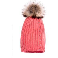 Koralowa czapka z pomponem i perełkami QUIOSQUE. Pomarańczowe czapki i kapelusze damskie QUIOSQUE, z dzianiny. W wyprzedaży za 49.99 zł.