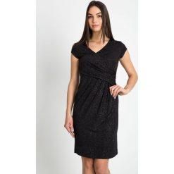 Kopertowa sukienka z połyskiem QUIOSQUE. Szare sukienki damskie QUIOSQUE, z dzianiny, eleganckie, z kopertowym dekoltem. W wyprzedaży za 139.99 zł.