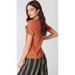 NA-KD Basic T-shirt z dekoltem V - Orange. Pomarańczowe t-shirty damskie NA-KD Basic, z bawełny. W wyprzedaży za 16.38 zł.