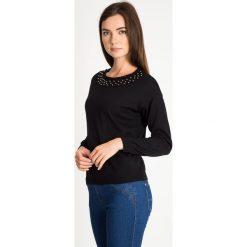 Czarny sweter z perełkami na dekolcie QUIOSQUE. Czarne swetry damskie QUIOSQUE, z tkaniny, z klasycznym kołnierzykiem. W wyprzedaży za 89.99 zł.