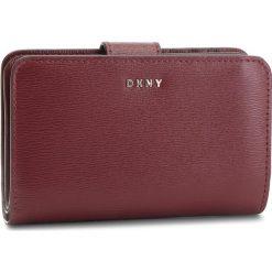 Duży Portfel Damski DKNY - Bryant Sm Carryall R8313659 Blood Red XOD. Czerwone portfele damskie DKNY, ze skóry. Za 459.00 zł.