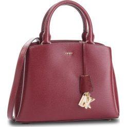Torebka DKNY - Paige Md Satchel R81D3327 Blood Red XOD. Czerwone torebki do ręki damskie DKNY, ze skóry. Za 1,199.00 zł.