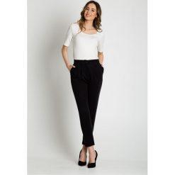 Luźne czarne spodnie zwężane u dołu BIALCON. Czarne spodnie materiałowe damskie BIALCON. W wyprzedaży za 151.00 zł.