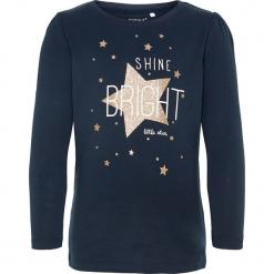 """Koszulka """"Rastar"""" w kolorze granatowym. Niebieskie bluzki dla dziewczynek Name it Kids, z nadrukiem, z bawełny, z okrągłym kołnierzem, z długim rękawem. W wyprzedaży za 25.95 zł."""
