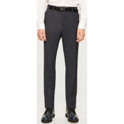 Spodnie garniturowe z tkaniny strukturalnej - Szary. Eleganckie spodnie męskie marki Giacomo Conti. W wyprzedaży za 89.99 zł.