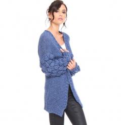 """Kardigan """"Shai"""" w kolorze niebieskim. Niebieskie kardigany damskie Cosy Winter, ze splotem. W wyprzedaży za 181.95 zł."""