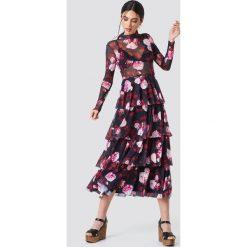 NA-KD Siateczkowa sukienka z warstwami - Multicolor. Szare sukienki damskie NA-KD, ze stójką, z długim rękawem. Za 242.95 zł.