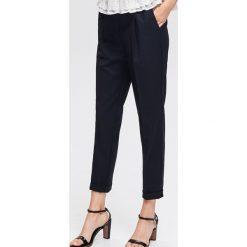 Spodnie z kantem - Granatowy. Niebieskie spodnie materiałowe damskie Reserved. Za 139.99 zł.