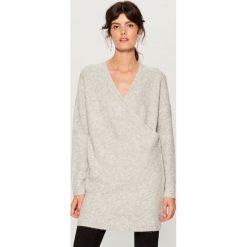 Długi sweter z kopertową zakładką - Szary. Szare swetry damskie Mohito, z kopertowym dekoltem. Za 149.99 zł.