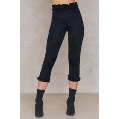 Boohoo Spodnie z falbanką Ellie - Black. Czarne spodnie materiałowe damskie Boohoo. W wyprzedaży za 24.29 zł.