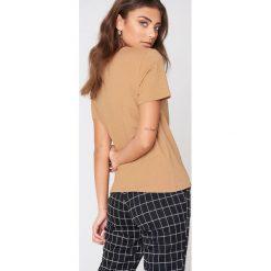 NA-KD Basic T-shirt basic - Beige. Brązowe t-shirty damskie NA-KD Basic, z okrągłym kołnierzem. Za 52.95 zł.