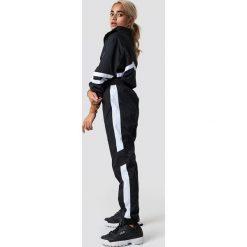 NA-KD Trend Spodnie Side Stripe Tracksuit - Black. Czarne spodnie materiałowe damskie NA-KD Trend, w paski. Za 161.95 zł.