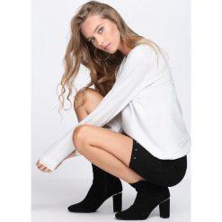 Biały Sweter Believer. Białe swetry damskie Born2be, z okrągłym kołnierzem. Za 49.99 zł.