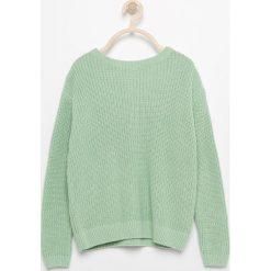 Sweter ze sznurowaniem na plecach - Zielony. Swetry dla dziewczynek Reserved, z dekoltem na plecach. W wyprzedaży za 29.99 zł.