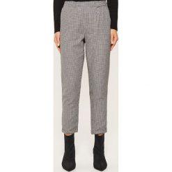 Materiałowe spodnie chino - Czarny. Spodnie materiałowe damskie marki House. W wyprzedaży za 39.99 zł.
