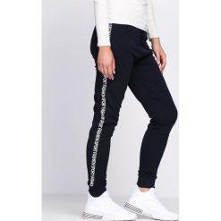 Granatowe Spodnie Dresowe Accidental. Niebieskie spodnie dresowe damskie Born2be, z dresówki. Za 39.99 zł.