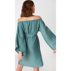 NA-KD Sukienka z odkrytymi ramionami - Green. Sukienki damskie NA-KD, z długim rękawem. Za 161.95 zł.