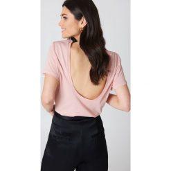 NA-KD Basic T-shirt z odkrytymi plecami - Pink. Różowe t-shirty damskie NA-KD Basic, z bawełny, z dekoltem na plecach. W wyprzedaży za 26.48 zł.