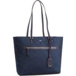 Torebka DKNY - Kaden R81AE591 Navy NVY. Niebieskie torebki do ręki damskie DKNY, z materiału. Za 589.00 zł.