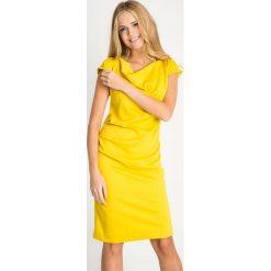 Żółta sukienka z dekoltem woda QUIOSQUE. Żółte sukienki damskie QUIOSQUE, na jesień, eleganckie, z dekoltem na plecach, z krótkim rękawem. Za 199.99 zł.