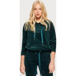 Welurowa bluza hoodie - Khaki. Brązowe bluzy damskie Cropp, z weluru. Za 59.99 zł.