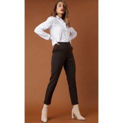 NA-KD Classic Proste spodnie garsonkowe - Brown. Brązowe spodnie materiałowe damskie NA-KD Classic, z tkaniny. Za 202.95 zł.