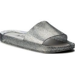 Klapki MELISSA - Beach Slide Shine Ad 32291 Glass Silver Glitter 03895. Szare klapki damskie Melissa, z tworzywa sztucznego. W wyprzedaży za 189.00 zł.