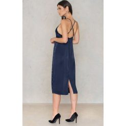 NA-KD Party Sukienka bieliźniana z koralikami - Blue,Navy. Sukienki damskie NA-KD Exclusive, z wiskozy, z falbankami, na ramiączkach. W wyprzedaży za 15.89 zł.