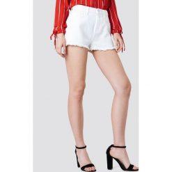 Kristin Sundberg for NA-KD Szorty jeansowe z wysokim stanem - White. Białe szorty damskie Kristin Sundberg for NA-KD, z denimu. Za 133.95 zł.