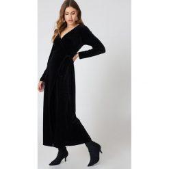 Rut&Circle Aksamitna sukienka-płaszcz - Black. Sukienki damskie Rut&Circle, z kopertowym dekoltem. W wyprzedaży za 110.37 zł.