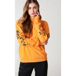 NA-KD Bluza z wyszywanymi różami na rękawach - Orange. Pomarańczowe bluzy damskie NA-KD, z bawełny. Za 133.95 zł.