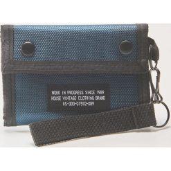 Materiałowy portfel z brelokiem - Niebieski. Szare portfele męskie marki Giacomo Conti, na zimę, z tkaniny. W wyprzedaży za 15.99 zł.