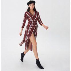 Kopertowa sukienka w paski - Paski. Szare sukienki damskie House, w paski, z kopertowym dekoltem. Za 119.99 zł.
