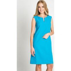 Turkusowa prosta sukienka QUIOSQUE. Niebieskie sukienki damskie QUIOSQUE, eleganckie, dekolt w kształcie v. W wyprzedaży za 139.99 zł.