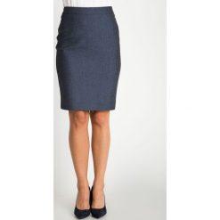 Granatowa melanżowa dopasowana spódnica QUIOSQUE. Białe spódnice damskie QUIOSQUE, z tkaniny, biznesowe. W wyprzedaży za 69.99 zł.