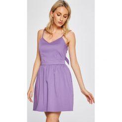 Answear - Sukienka. Różowe sukienki damskie ANSWEAR, z bawełny, casualowe, na ramiączkach. W wyprzedaży za 79.90 zł.