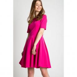 Rozkloszowana sukienka z krótkim rękawem  BIALCON. Czerwone sukienki damskie BIALCON, z tkaniny, eleganckie, z krótkim rękawem. Za 315.00 zł.
